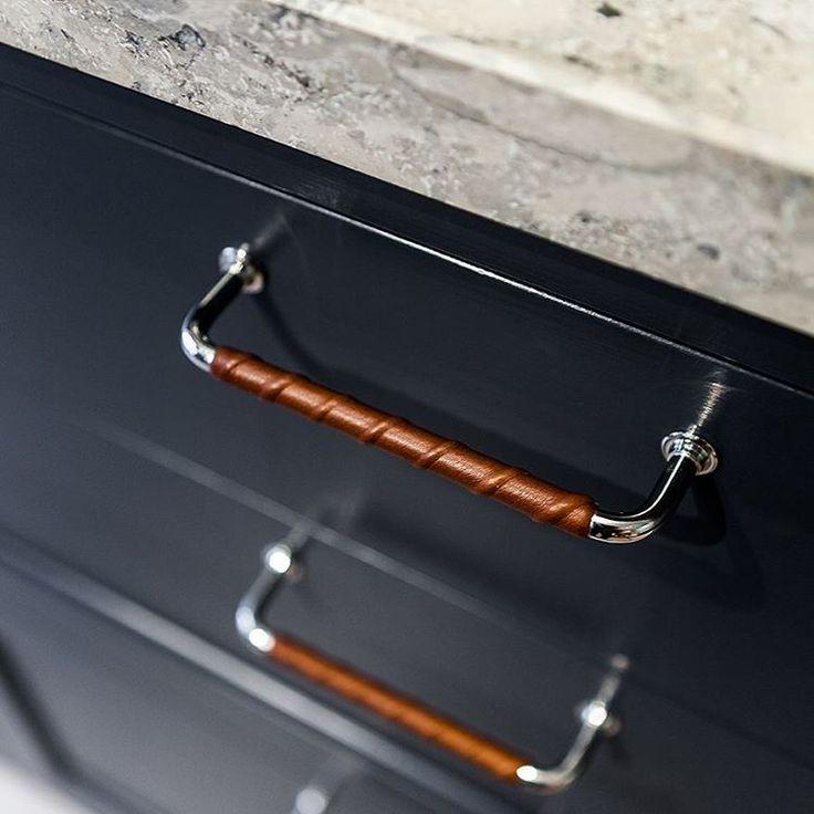 Snygg materialkombo med brunt läder, krom, mörkblått och jura kalksten.