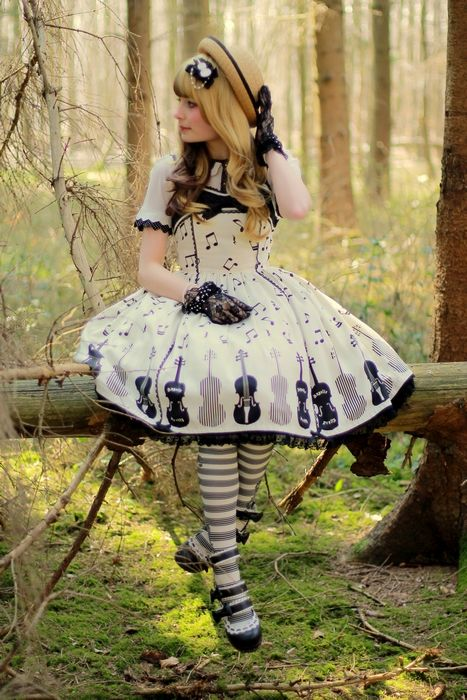 Classic Lolita- oh my goodness I love this.  :)