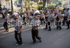 Siswa Taman Kanak-kanak (TK) Kemala Bhayangkara 54 Surakarta menampilkan kreasi mereka saat car free day di Jalan Slamet Riyadi, Surakarta, Jawa Tengah, Minggu, 31 Mei 2015. [TEMPO/STR/Bram Selo Agung