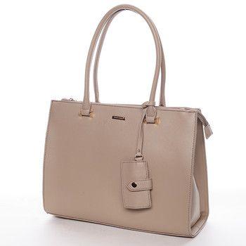 #Novinka Větší camel kabelka do ruky nebo s popruhem přes rameno David Jones. Perfektní kabelka ke všem společenským událostem. Je prostorná, pevná s pevným dnem. Má dvě kapsy uzavíratelné zipem. Uvnitř hlavní kapsy se nachází další kapsičky na mobil a drobnosti. Na zadní straně má kapsičku na zip. Jednu malou kapsičku má rovněž připevněnou k uchu jako ozdobný přívěšek. Kabelka má jednoduchý, ale přitom velmi trendy design.
