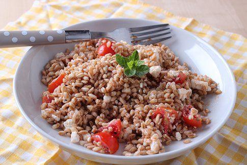 insalata estiva di farro con feta, pomodorini e origano