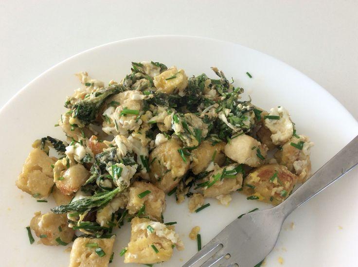Špaldové kynuté knedlíky s vejci, kopřivami a pažitkou
