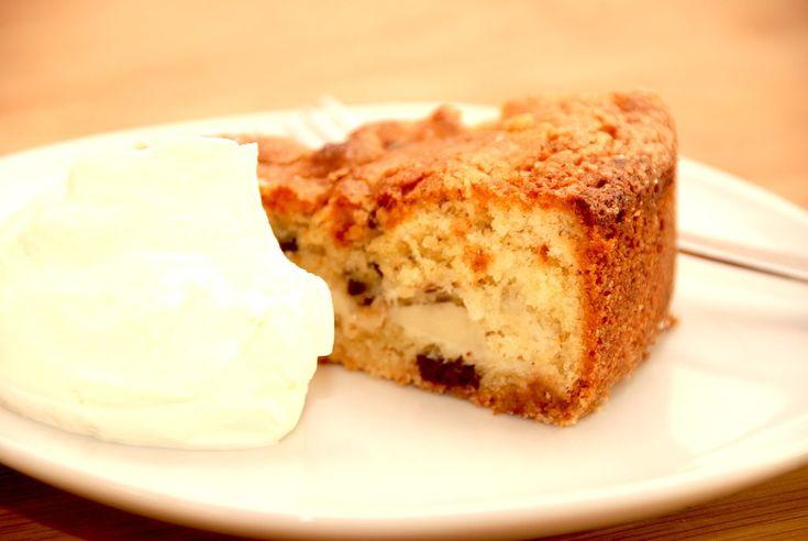 Se opskriften på verdens bedste pæretærte, der bages med syltede pærer, marcipan og chokolade. Kagen minder om en Guldalderkage.  Pæretærte er en af de populære kager til kaffen, og he er opskriften på den helt rigtige