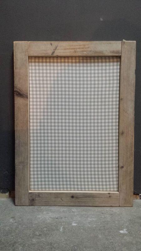 Prikbord met geruite stof en steigerhouten lijst. kleur: grijs/wit. afmeting: 70 x 50 cm. Verkrijgbaar bij De oude woonfabriek!