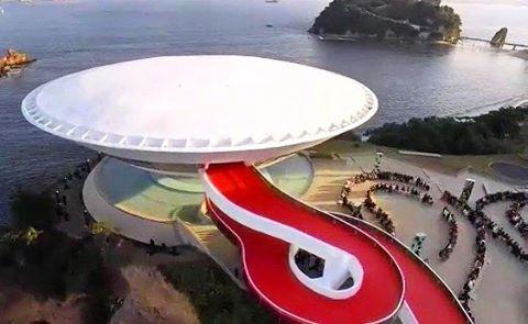 Niterói é destaque na moda mundial! #Cruise2017, é o desfile da marca @Louisvuitton, que acontece este ano no nosso querido MAC - Museu de Arte Contemporânea de Niterói. #lvcruise #rio #macniteroi #mac #desfile #moda #louisvuitton #nikiti #riodejaneiro #curtoniteroi #amoniteroi #soudeniteroi #nikitycity #rio