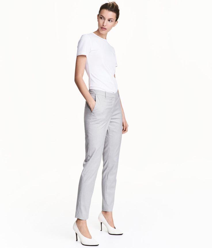Lys grå. En dressbukse i elastisk, vevd kvalitet med press. Buksen har avsmalende ben og normal midje. Sidelommer og en passepoillomme bak. Skjult knapping