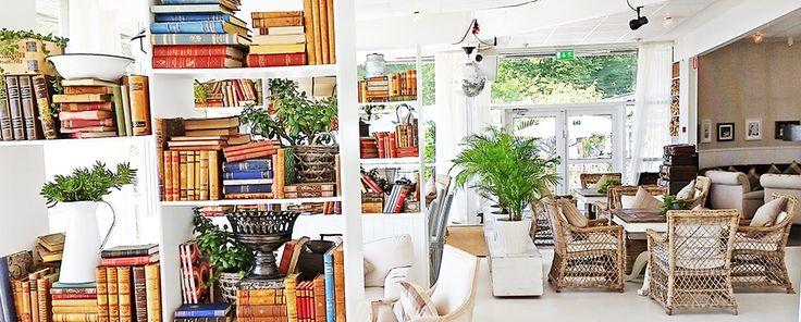 Ta en stund för dig och läsa en intressant bok med en kopp te i  sällskapsrummet.