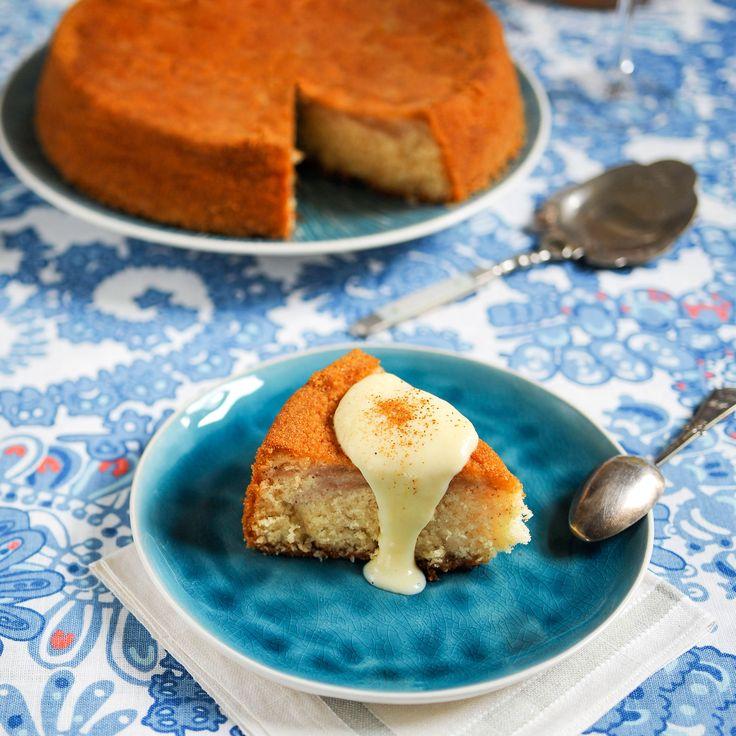 Saftig och smakrik äppelkaka med smak av kanel.