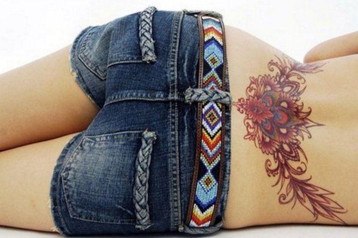 Sensuales tatuajes en la espalda baja que nunca pasarán de moda.