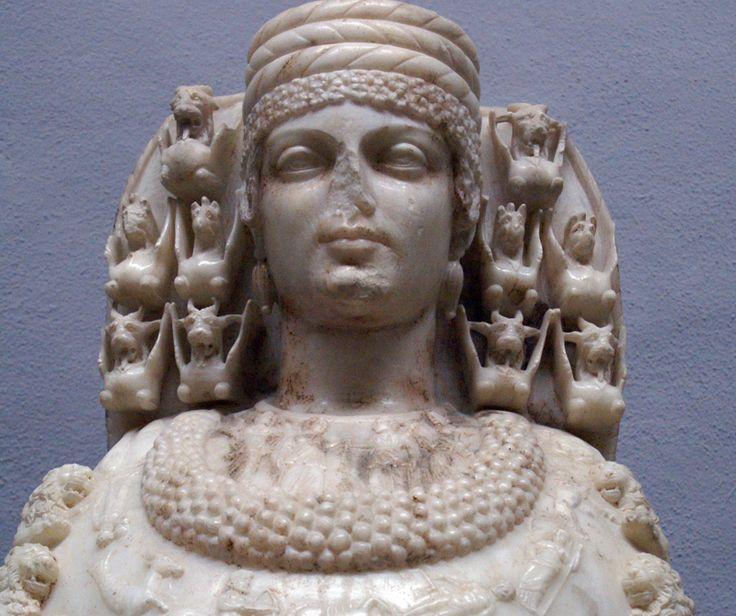 Efes Artemis'i ile Yunan mitolojisindeki tanrıça Artemis'i karıştırmamak gerekir. Efes Müzesi'nde çok iyi korunmuş bir heykelini de görebileceğiniz Artemis tabiatın ve hayvanların tanrıçası, genç kızların ise koruyucu annesidir.