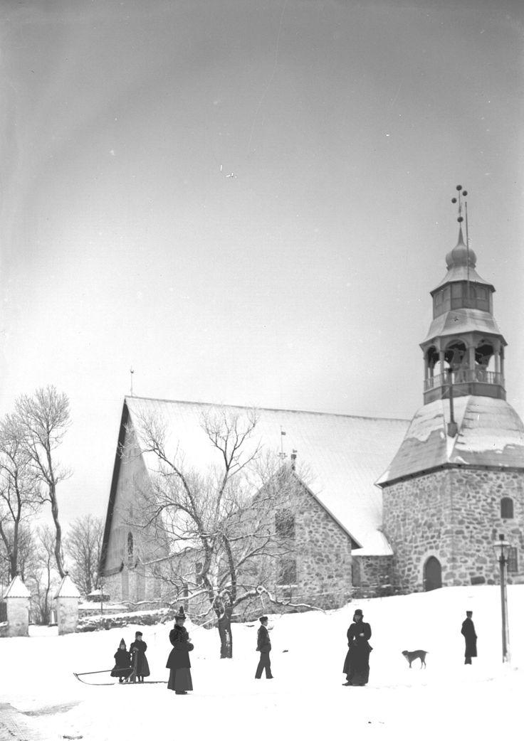 Runsaan sadan vuoden takainen kuva jouluisesta Uudenkaupungin vanhasta kirkosta. Kuvan on ottanut uusikaupunkilainen valokuvaaja Augusta Olsson ja kuva on Uudenkaupungin museon kokoelmista. #puutalokaupunginjoulu #uusikaupunki