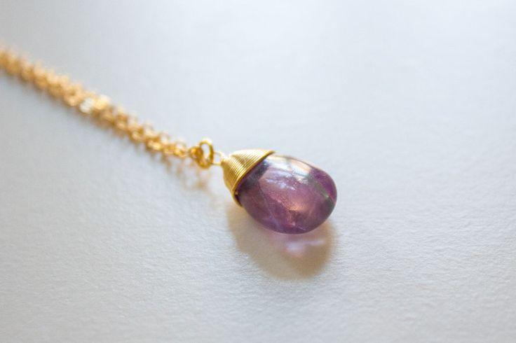 Gouden ketting met lichtpaarse edelsteen hanger van Sam and Suzy op DaWanda.com