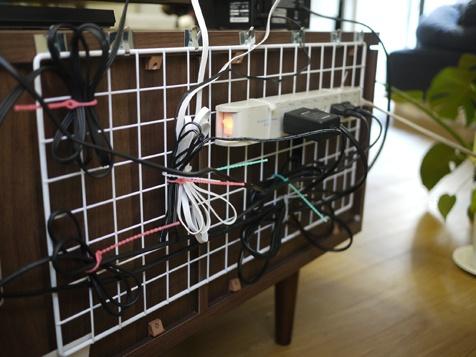 テレビ台周辺のケーブル類を、まとめて裏側に宙吊りに。着け外しができるタイプの「結束バンド」を使えば、後から配置を直したりケーブルを抜き差しするときも簡単でオススメ:  an easy way to organize cables