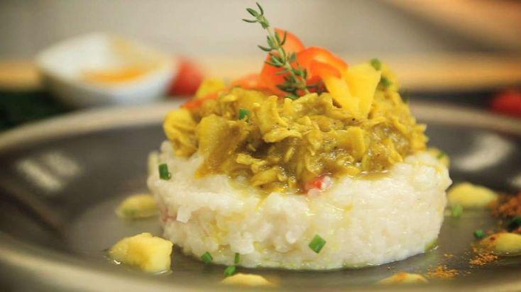 Prova la ricetta. Bocconcini di pollo al curry e frutti tropicali, su risotto alle erbe aromatiche Un piatto dai profumi esotici perfetto per una serata primaverile con gli amici.