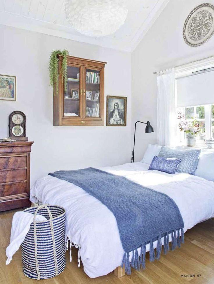MARITIMT: På soverommet har en gammel matrossdress funnet sin plass og understreker at sommerhuset ligger ved sjøen.