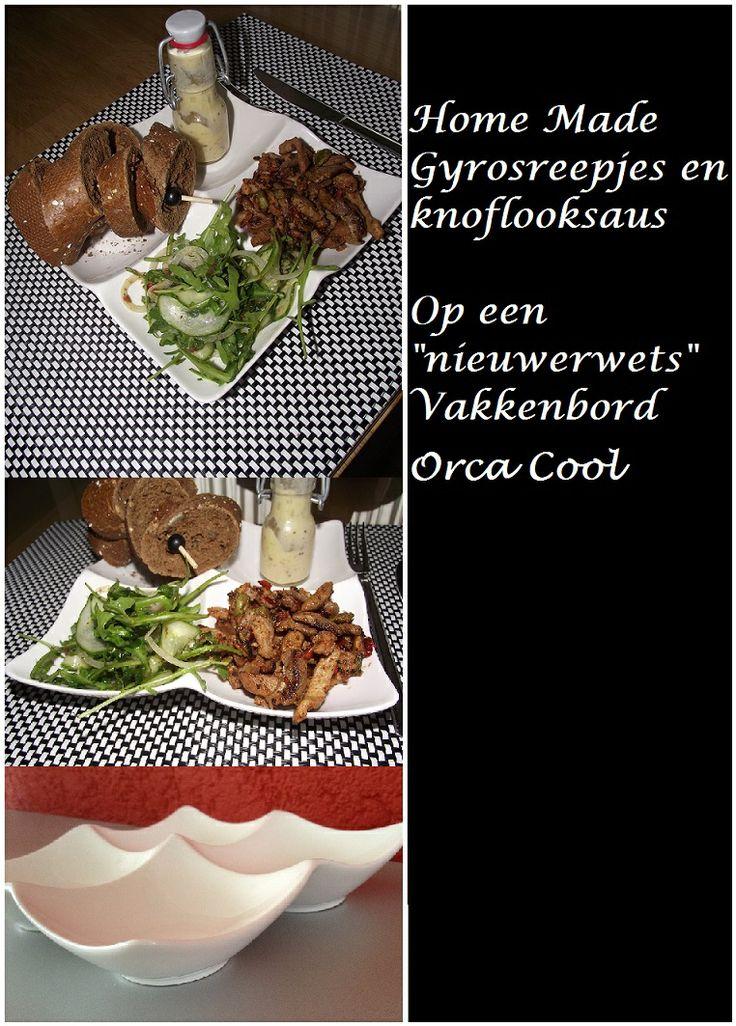 """Home Made Gyrosreepjes en knoflooksaus. Met een salade en bourgondissh stokbrood. Geserveerd op een """"Nieuwerwets"""" Vakkenbord."""