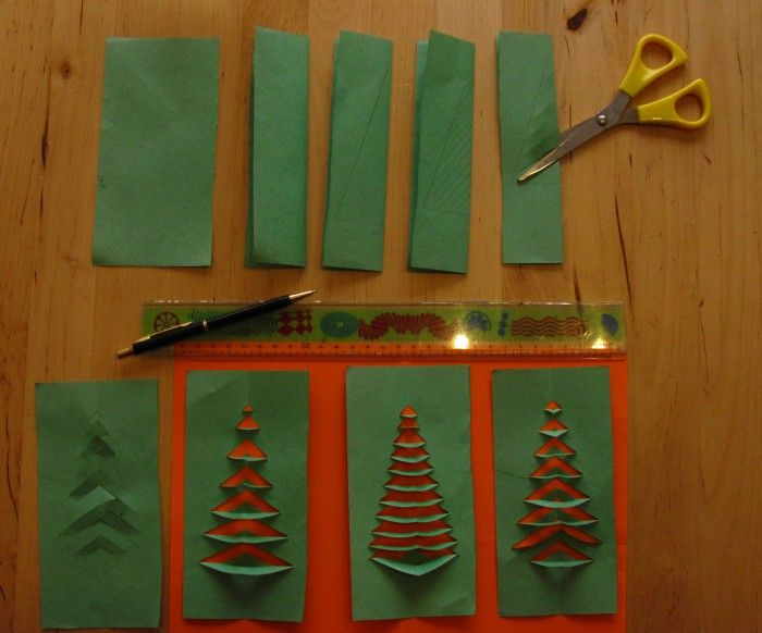 Leuk werkje. Vouw blaadje. Teken halve kerstboom tegen vouw. Knip in tot de rand van de boom. Vouw open en vouw de takken enkel of dubbel naar beneden. begin onderaan. Versier met ballen uit de perforator of plak op een kaart.