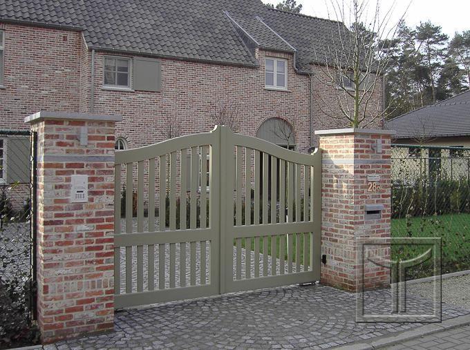 Open houten poort model 17.08A aan gemetste kolommen. Hier in een afwerking met lak. Locatie: Keerbergen, Vlaams Brabant