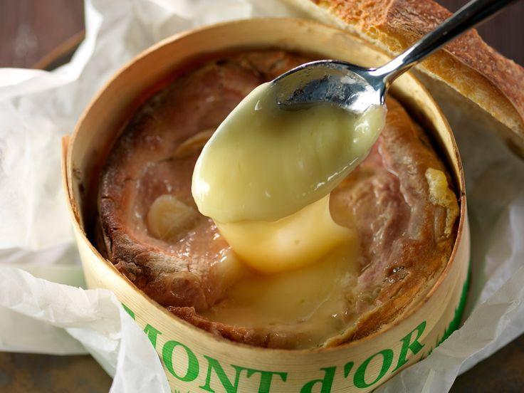 Découvrez la recette Boîte chaude de mont d'or sur cuisineactuelle.fr.