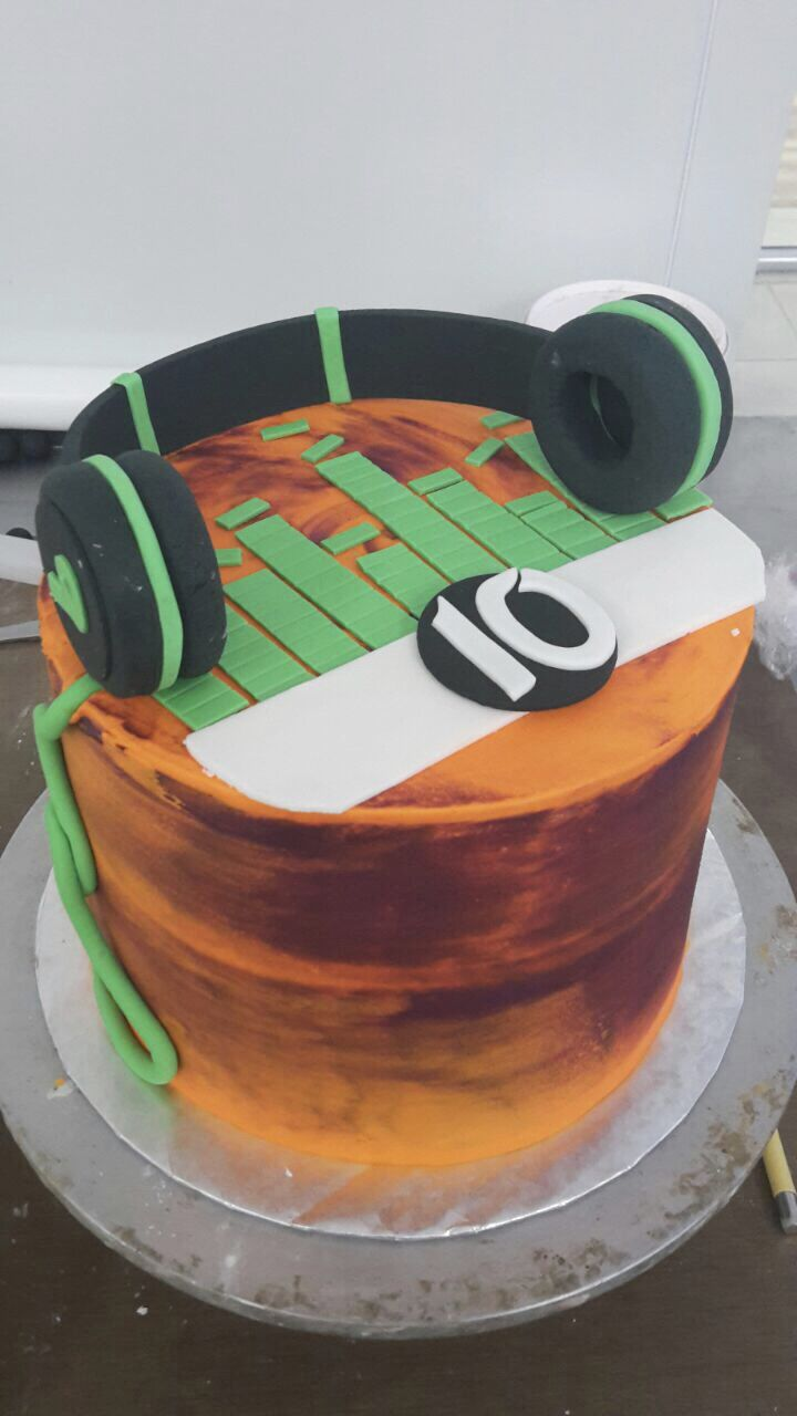 10246ae770 Pin by Tessa s Bakery on Skater and DJ Cakes