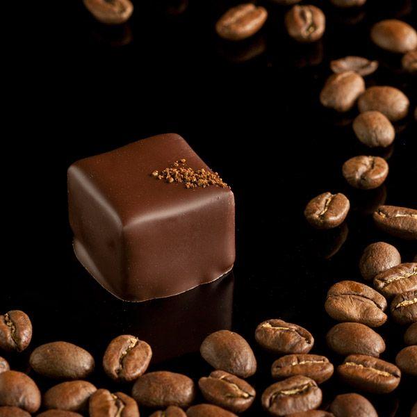 Café colombiano. Ganache de chocolate negro impregnado de granos de café.