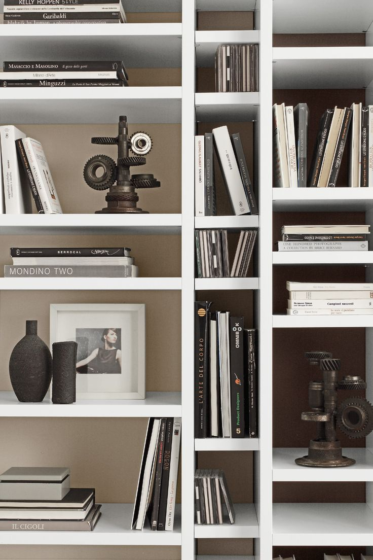 PRESOTTO | Pari & Dispari allows the simultaneous combination of two depths and various heights. The bookcase has shelves at differing heights to contain various types of books and objects. _ Pari & Dispari consente l'utilizzo delle due profondità e delle diverse altezze ontemporaneamente, la libreria ha i ripiani ad altezze differenziate per contenere varie tipologie di libri e oggetti.