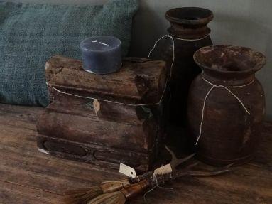 poer, geweikwasten en houten kruiken gedecoreerd