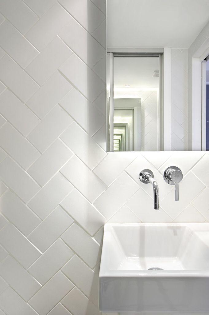 Кафельная плитка в общей ванной уложена елочкой, а кран спрятан в стену, как и в ванной главной спальни. .