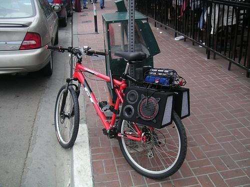 впивается картинки колонки на велосипеде обсуждаемом висит история