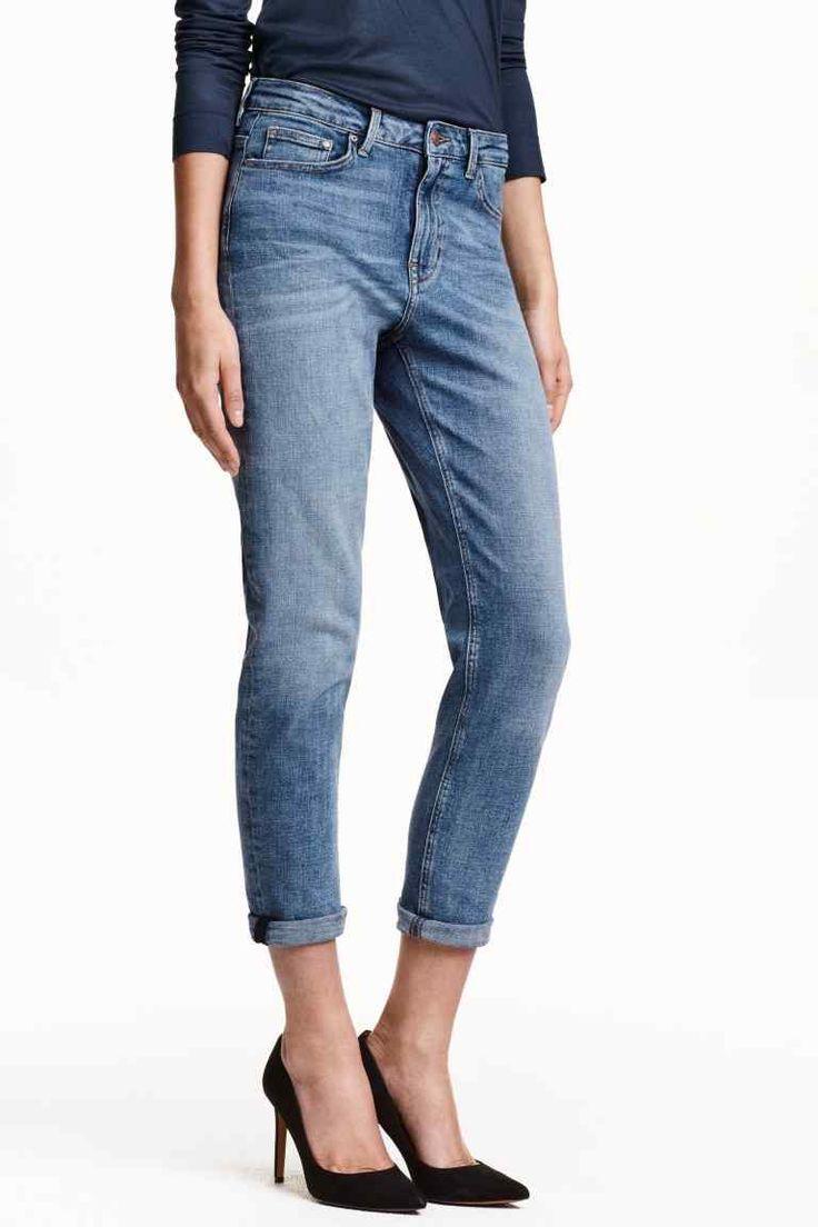 Dżinsy Girlfriend: Dżinsy z 5 kieszeniami ze spranego, elastycznego denimu. Nieco luźniejszy fason, zwężane nogawki do kostki i normalna talia.