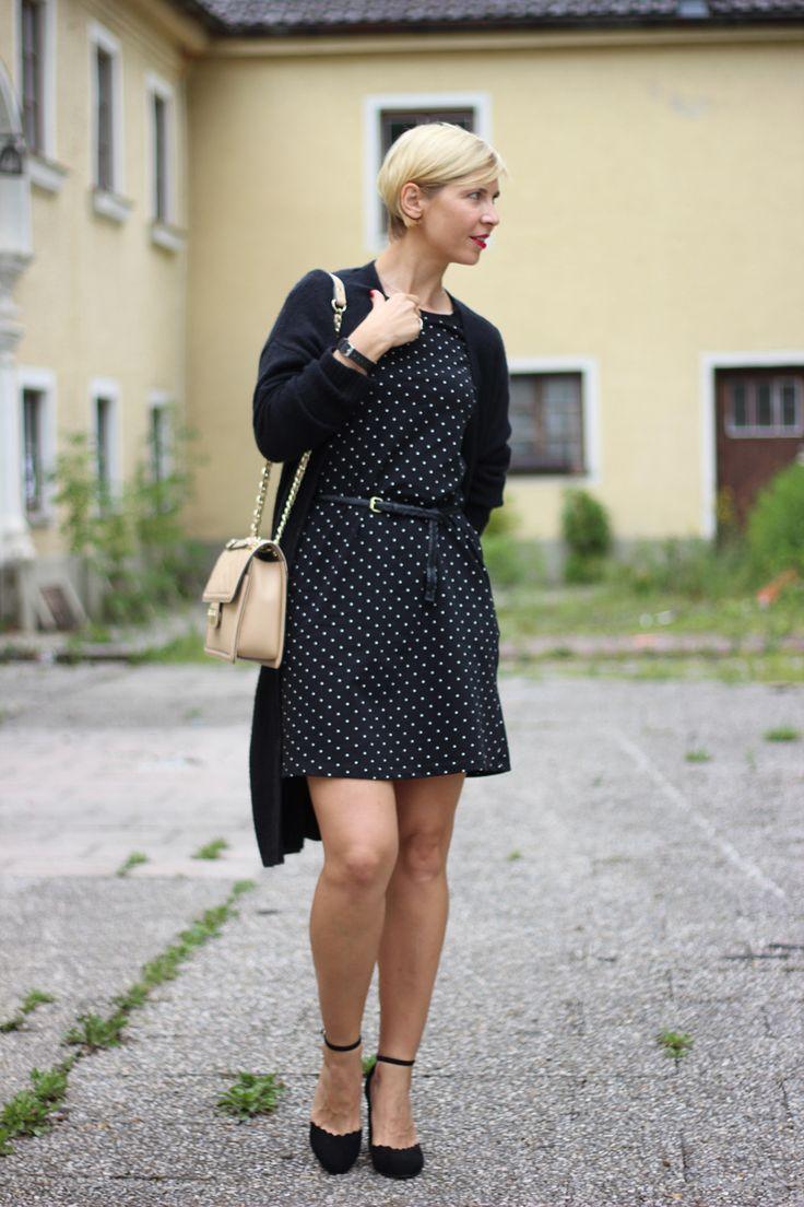 Punkt mit schwarz-weiß, Kleid, ausgestellt, chic, Cardigan, Tchibo, Werbung