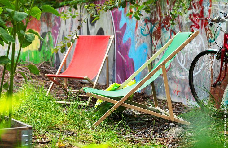 Icônes des plages, ces transats ont aussi leur place dans les jardins urbains et les parcs en ville. MYSINGSÖ chaise de plage #IKEA #jardin #terrasse