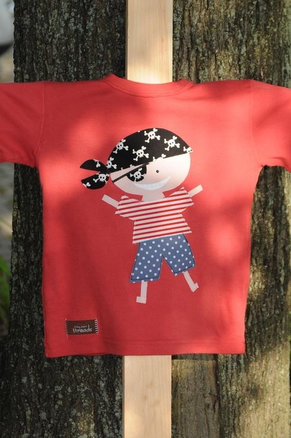 Aplicación de pirata en camiseta infantil.