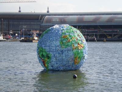 Plastic wereldbol - Peter Smith - 2012