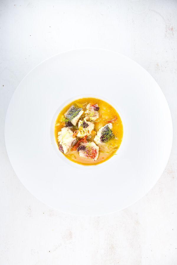 BOUILLABAISSE Rezept nach Johannes King ist eine edle Ausführung eines französischen Klassikers: Mit Kartoffel-Oliven-Püree, Oliven-Tapenade und einem würzigen Sud hat mich die Fischsuppe wirklich überzeugt.Auch nach einigen Jahren intensiver kulinarischer Experimente gibt es noch Klassiker,…