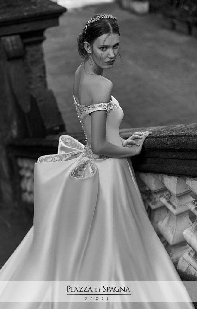 Modelli strutturati convivono con altri morbidi e ampi nella romantica collezione 2017 di Enzo Miccio. Guarda i suoi meravigliosi abiti da sposa su http://www.piazzadispagnasposi.it/collezioni/sposa/enzo-miccio-bridal-collection-2017/
