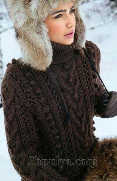 Коричневый свитер с шишечками, вязаный спицами