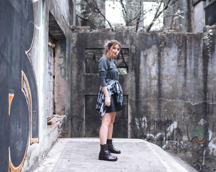Grunge Moderno - Como Usar, sem ser característico, fazendo um look moderno, atual e feminino, com coturno, saia de couro, jaqueta xadrez e um moletom borda