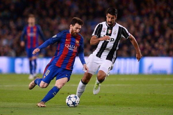 Barcelona's Argentinian forward Lionel Messi (L) vies with Juventus' German midfielder Sami Khedira during the UEFA Champions League quarter-final second leg football match FC Barcelona vs Juventus at the Camp Nou stadium in Barcelona on April 19, 2017. / AFP PHOTO / Josep LAGO