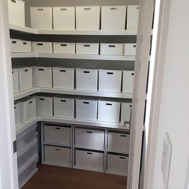 女性で、4LDKの棚/白い家/隠して収納/パントリー収納/ニトリ/2段ボックス…などについてのインテリア実例を紹介。「我が家のパントリーです☺︎ 食品の在庫や医薬品、日曜大工用品、子供用オモチャ、等などあらゆる物を収納しています。 どこに何が入っているか自分でもまだ…。 ラベル作りをこれから頑張ります。」(この写真は 2017-02-15 12:14:06 に共有されました)