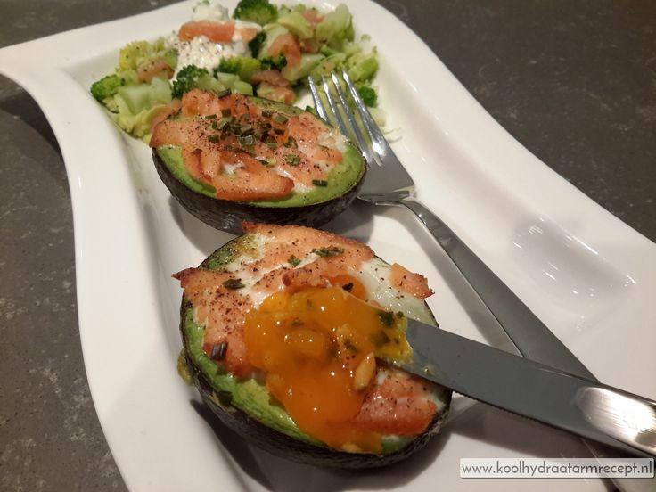 Avocado met ei uit de oven is heel erg lekker! Ik deed er gerookte zalm over maar als je dat niet in huis hebt is kaas ook heerlijk hoor!