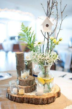 Holzscheiben in Etagen gelegt - rustikale Hochzeitsdeko