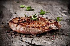 Das beste Steak zum Grillen: der große Vergleich - Ob nun Rumpsteak, T-Bone-Steak, Entrecôte, Hüftsteak oder Filet – wir zeigen dir die Unterschiede und läuten die nächste Grillsaison schon mal ein.