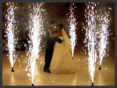 Ilyent már mi is tudunk, a beltéri szikraszökőkutak darabja húszas körül van. Euróban. Wedding Fireworks a sparkling first dance to remember can be yours