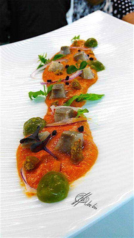 La sopa de tomate con gelatina de albahaca y arenque