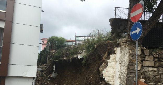 Aşırı yağışa dayanamayan istinat duvarı çöktü