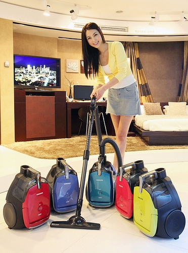 Samsung Electronics rolls out 5 vacuum cleaner products in the market. With the HEPA Filter Twin system, the new products are expected to widen the gap between Samsung and the rest of the pack. Samsung has been the market leader for 5th straight year.삼성전자, 트윈챔버 진공청소기 신제품 출시국내 청소기 시장 5년 연속 1위의 삼성전자가 새 봄을 맞아 작은 사이즈로 이동이 손쉽고, 선명한 색상으로 화사함을 더한 신제품 5종을 시장에 출시한다.