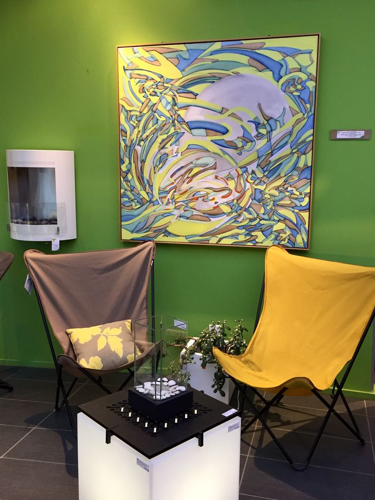 Pour petit balcon: 2 chaises papillon Lafuma, très tendance, une table lumineuse, un foyer de table et un pot. Voilà!