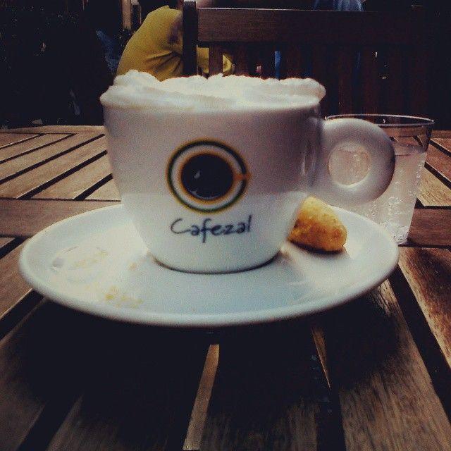 Tomando um bom café no Largo do Café.  Faltou apenas a boa companhia dos amigos.