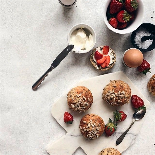 Yes! Bank holiday on a Monday. What's not to like? Time for homemade glutenfree buns and organic strawberries. These are made by Swdish food blogger @diadonna and served on Broste Copenhagen marble chopping board.